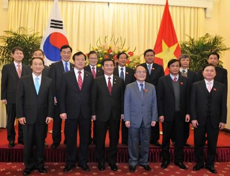 Ketua MN Nguyen Sinh Hung melakukan pembicarana dengan Ketua Parlemen Republik Korea Kang Chang-hee - ảnh 1