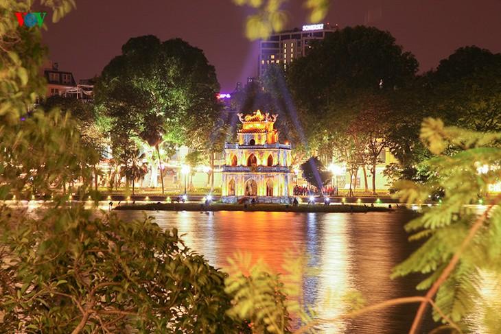 Kota Hanoi merayakan Tahun Baru 2016 dalam suasana meriah - ảnh 1