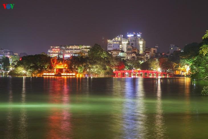 Kota Hanoi merayakan Tahun Baru 2016 dalam suasana meriah - ảnh 2