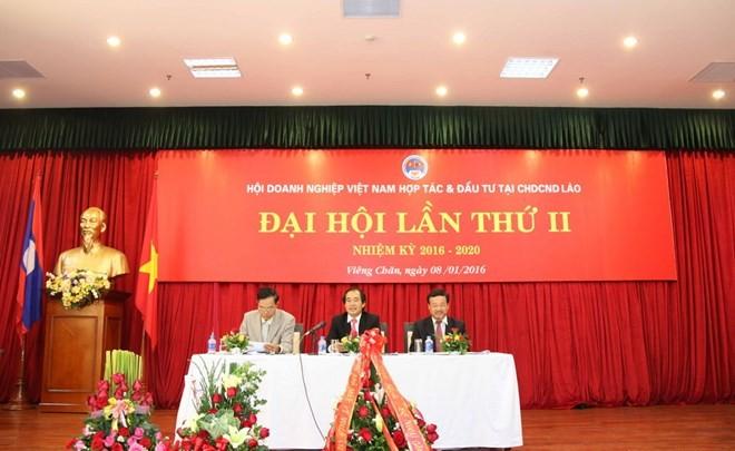 Deputi  PM Laos, Somsavad Lengsavath menilai tinggi sumbangan badan-badan usaha Vietnam kepada perekonomian Laos - ảnh 1