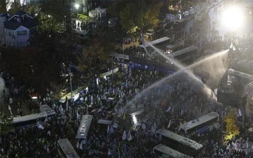 Republik Korea menggelarkan ribuan polisi menjelang demonstrasi yang menuntut Presiden lengser - ảnh 1