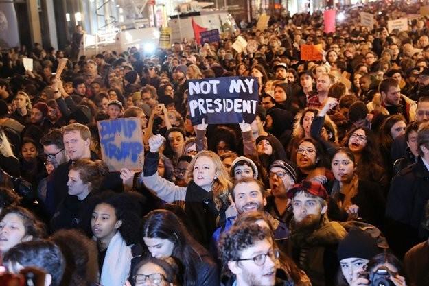 Terus mengadakan demonstrasi memprotes  Presiden terpilih Donald Trump - ảnh 1