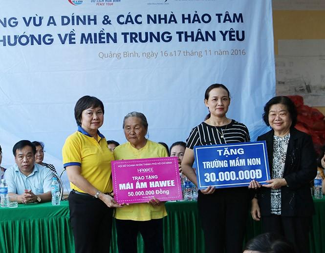 Mantan Wapres Truong My Hoa mengunjungi dan memberikan bingkisan kepada warga daerah banjir propinsi Quang Binh - ảnh 1
