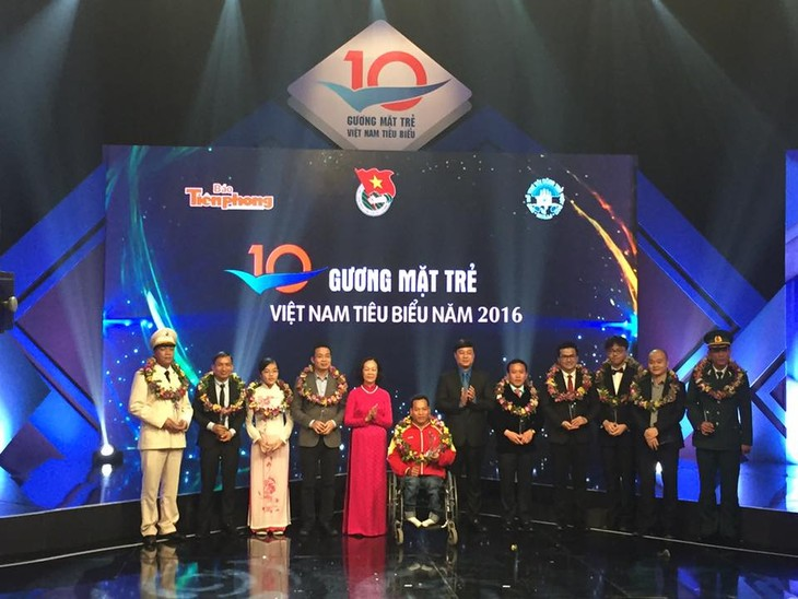 Memuliakan 10 tokoh muda Vietnam yang tipikal tahun 2016 - ảnh 1