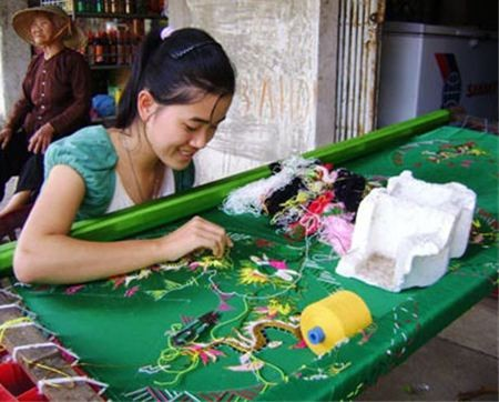 Desa kerajinan sulam-menyulam Van Lam, propinsi Ninh Binh - ảnh 1