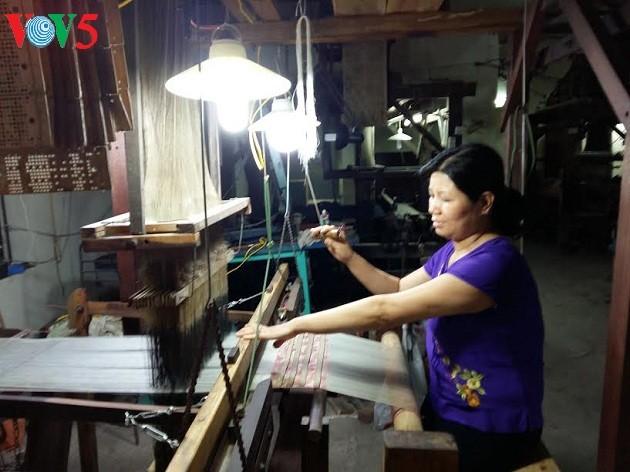 Desa kerajinan pertenunan kain sutra Van Phuc- Tradisi yang sudah ada selama ribuan tahun - ảnh 1