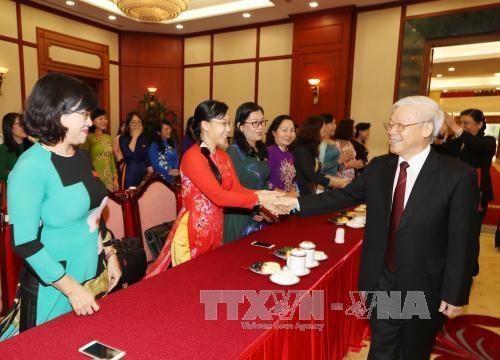 Sekjen Nguyen Phu Trong melakukan pertemuan dengan para anggota wanita MN - ảnh 1