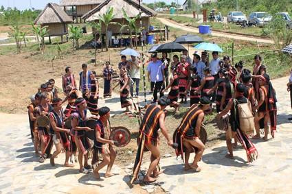Upacara menyambut nasi baru dari warga etnis minoritas Xo Dang - ảnh 1