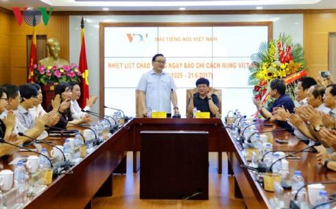 Sekretaris Komite Partai Komunis kota Hanoi, Hoang Trung Hai mengucapkan selamat kepada VOV  - ảnh 1