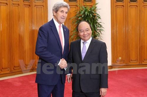PM Vietnam, Nguyen Xuan Phuc menerima mantan Menlu AS, John Kerry - ảnh 1