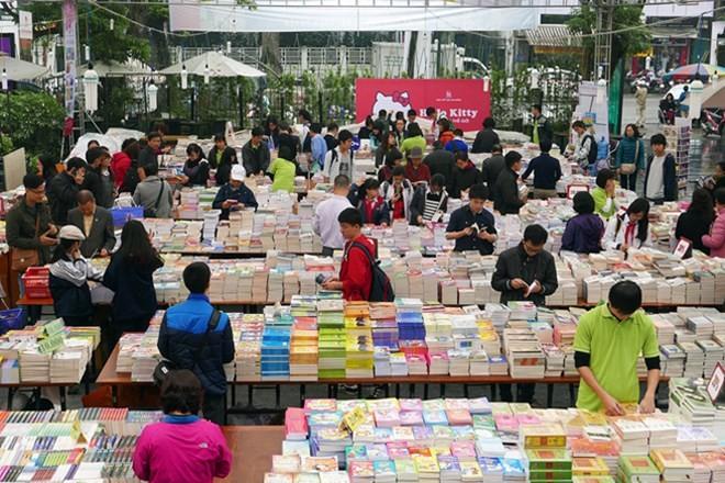 Memperkenalkan budaya baca buku dari orang Vietnam - ảnh 1