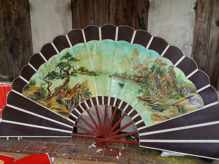 Kerajinan membuat kipas di desa Chang Son - ảnh 1