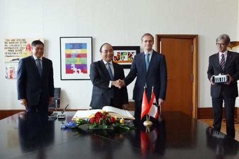 PM Vietnam, Nguyen Xuan Phuc melakukan pertemuan dengan Gubernur, merangkap Walikota Berlin - ảnh 1
