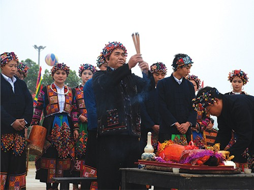Keyakinan memuja nenek moyang dari warga etnis minoritas  Lo Lo - ảnh 1