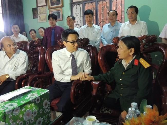 Deputi PM Vu Duc Dam memberikan bingkisan kepada keluarga yang mendapat kebijakan prioritas propinsi Kontum - ảnh 1