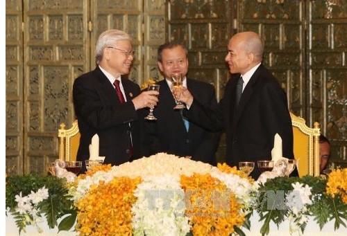 Meningkatkan hubungan Vietnam-Kamboja berkembang secara stabil dan berkesinambungan - ảnh 1