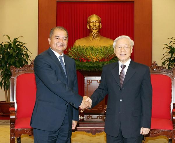 Sekjen KS PKV, Nguyen Phu Trong menerima delegasi Partai Rakyat Revolusioner Laos - ảnh 1