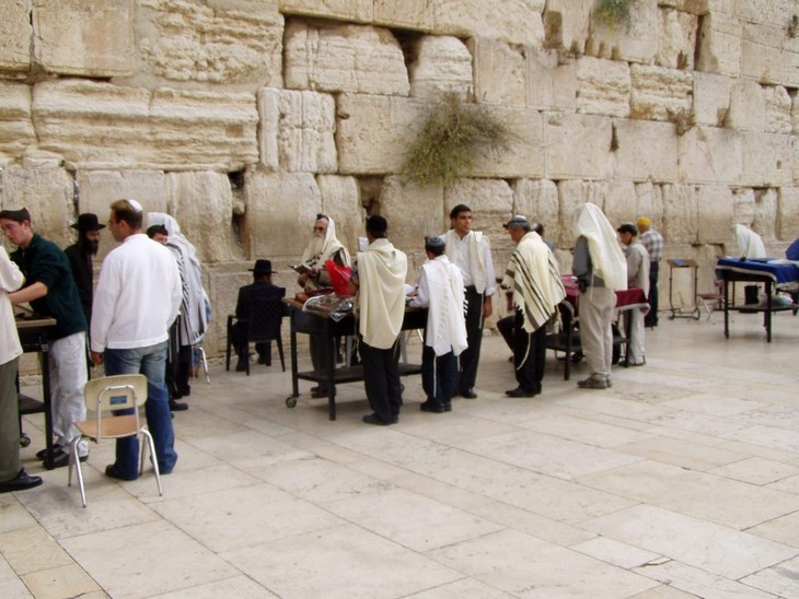 Orang Israel bersholat di zona Benteng kuno Jerussalem - ảnh 1