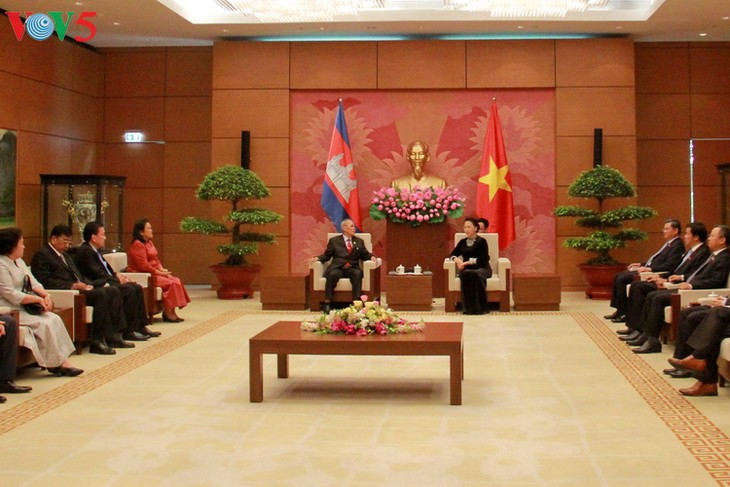 Ketua MN Vietnam, Nguyen Thi Kim Ngan menerima delegasi Majelis Tinggi Kerajaan Kamboja - ảnh 1