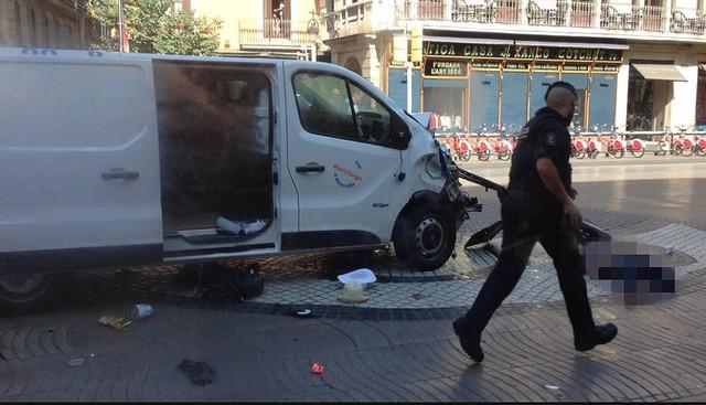 Penabrakan mobil di Bacelona: Tersangka sopir sedang melarikan diri - ảnh 1