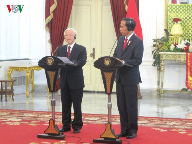 Presiden Indonesia, Joko Widodo memimpin upacara penyambutan resmi untuk Sekjen Nguyen Phu Trong - ảnh 10