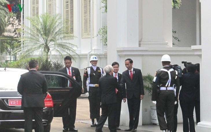 Presiden Indonesia, Joko Widodo memimpin upacara penyambutan resmi untuk Sekjen Nguyen Phu Trong - ảnh 2
