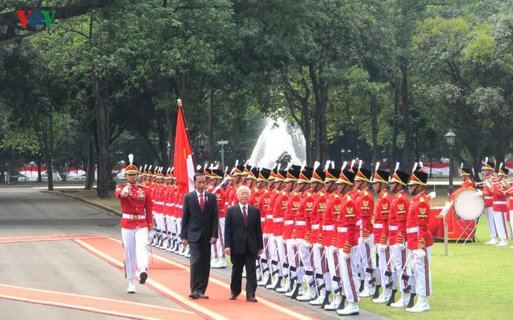 Presiden Indonesia, Joko Widodo memimpin upacara penyambutan resmi untuk Sekjen Nguyen Phu Trong - ảnh 6