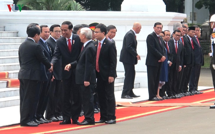 Presiden Indonesia, Joko Widodo memimpin upacara penyambutan resmi untuk Sekjen Nguyen Phu Trong - ảnh 7