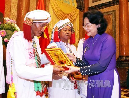 Wapres Vietnam, Dang Thi Ngoc Thinh menerima delegasi pemuka agama dan orang-orang yang berwibawa di propinsi Binh Thuan - ảnh 1