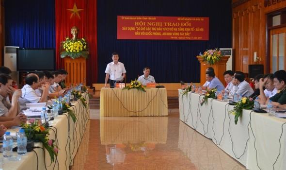 """Konferensi tentang """"Mekanisme khusus tentang investasi infrastruktur sosial-ekonomi yang berkaitan dengan pertahanan dan keamanan daerah Tay Bac"""" - ảnh 1"""