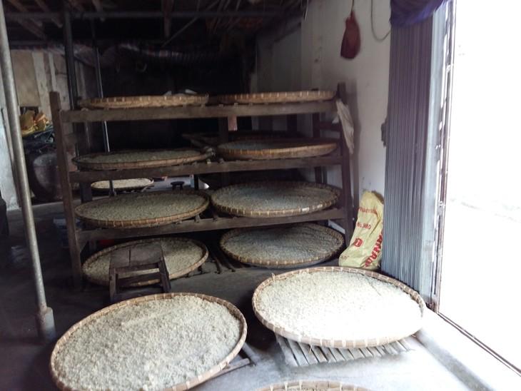 Kerajinan membuat saus kedelai Desa Cu Da - ảnh 1