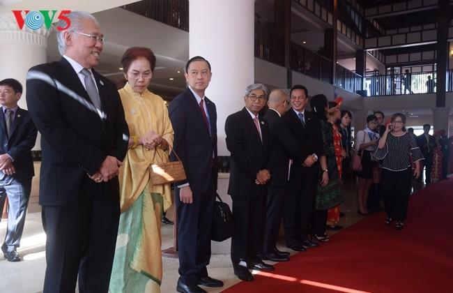 Presiden Indonesia, Joko Widodo tiba di Vietnam untuk menghadiri Pekan Tingkat Tinggi APEC 2017 - ảnh 3