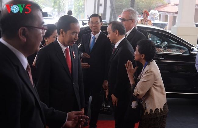 Presiden Indonesia, Joko Widodo tiba di Vietnam untuk menghadiri Pekan Tingkat Tinggi APEC 2017 - ảnh 5