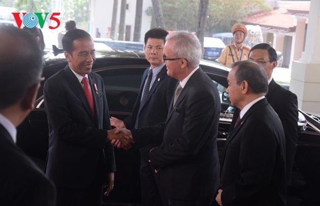 Presiden Indonesia, Joko Widodo tiba di Vietnam untuk menghadiri Pekan Tingkat Tinggi APEC 2017 - ảnh 1
