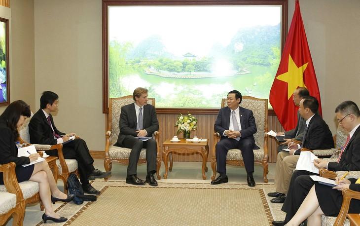 Deputi PM Vuong Dinh Hue menerima Justin Wood, Direktur WEF - ảnh 1