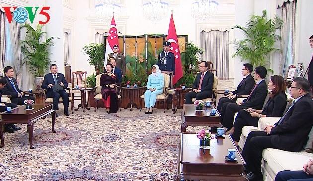Ketua MN Nguyen Thi Kim Ngan melakukan kunjungan kehormatan kepada Presiden Singapura,Halimah Yacob - ảnh 1