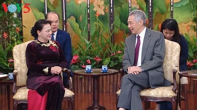 Ketua MN Nguyen Thi Kim Ngan melakukan kunjungan kehormatan kepada Presiden Singapura,Halimah Yacob - ảnh 2