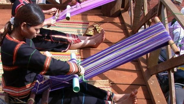 Menenun kain ikat - pengukur dari keluwesan para wanita etnis minoritas M'nong - ảnh 1