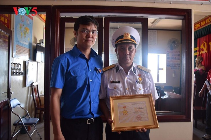 Memberikan Lencana peringatan demi generasi muda kepada para komandan dan prajurit di kepulauan Truong Sa - ảnh 1