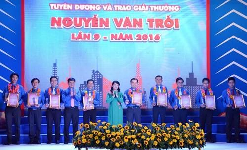 Вручена премия имени Нгуен Ван Чоя 36 лучшим молодым рабочим  - ảnh 1