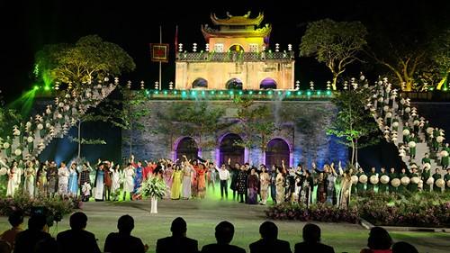 Более 30 тысяч человек посетили Ханойский фестиваль женского платья «ао-зяй»  - ảnh 1