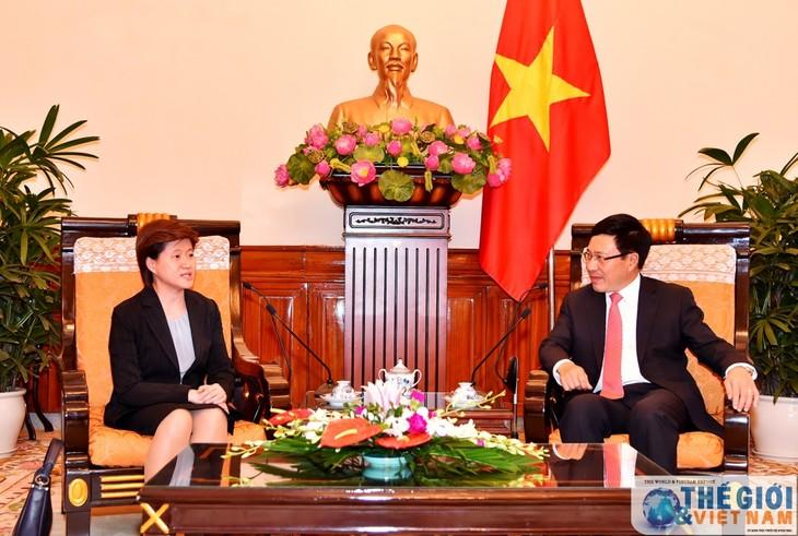 Фам Бинь Минь принял посла Сингапура и председателя Делового совета США - ảnh 1