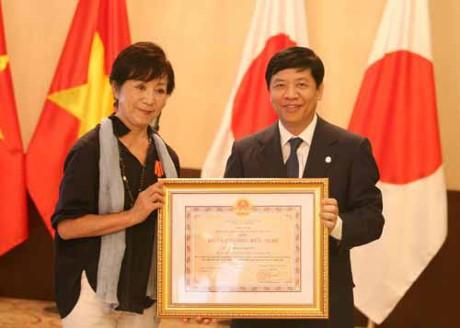Вручение ордена дружбы лицам, помогающим вьетнамцам, пострадавшим от диоксина  - ảnh 1