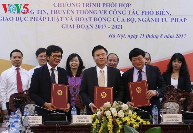 Подписана программа взаимодействия между Минюстом, Радио «Голос Вьетнама» и Вьетнамским телевидением - ảnh 1