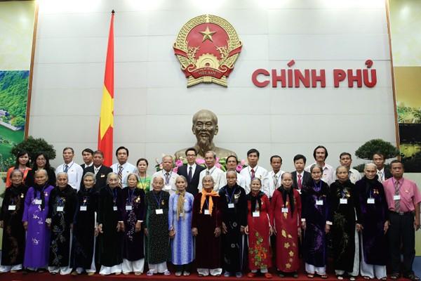 越南政府副总理武德担会见广南省大禄县为国立功者代表团 - ảnh 1