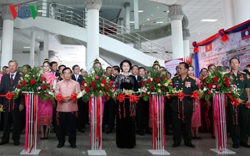 阮氏金银看望越南驻老大使馆工作人员及旅居老挝越南人代表 - ảnh 2
