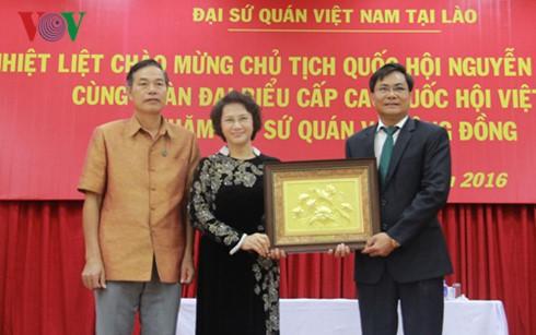 阮氏金银看望越南驻老大使馆工作人员及旅居老挝越南人代表 - ảnh 1