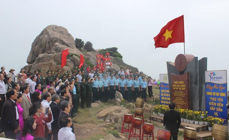 越南大陆领土最东端地区举行2017年新年升旗仪式 - ảnh 1