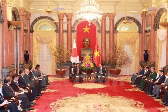越南国家主席陈大光会见日本首相安倍晋三 - ảnh 1