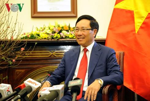 越南政府副总理兼外交部长范平明新年之际会见越南媒体 - ảnh 1